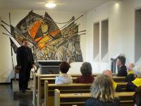 001 Pfarrer Ludger Moers vor dem Primiz-Altar des Seligen Adolph Kolping in Kerpen